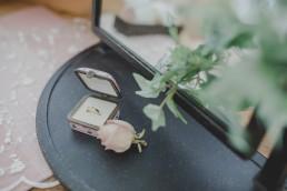 Liebevoll arrangierter Ehering in seiner Schatulle festgehalten von Hochzeitsfotografin Conny Schöffmann Photography aus Würzburg
