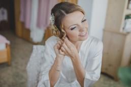 Das Getting Ready der Braut vor der Hochzeit auf einem Weingut, fotografiert von Conny Schöffmann Photography, der Hochzeitsfotografin aus Würzburg