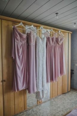 Das Brautkleid und die Brautjungfernkleider für eine Weinguthochzeit, festgehalten von Hochzeitsfotografin Conny Schöffmann Photography aus Würzburg