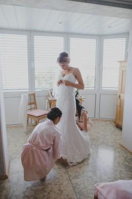 Die Braut beim Getting Ready ihrer Weinguthochzeit von Hochzeitsfotografin Conny Schöffmann Photography aus Würzburg