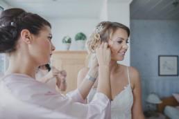 Die Braut mit ihrer Trauzeugin beim Getting Ready ihrer Hochzeit auf einem Weingut in Würzburg fotografiert von Hochzeitsfotografin Conny Schöffmann Photography aus Würzburg
