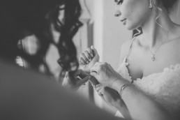 Braut mit ihrer Mutter beim Getting Ready ihrer Würzburger Weinguthochzeit mit Hochzeitsfotografin Conny Schöffmann