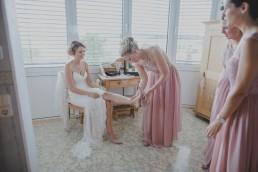 Die Braut mit ihren Brautjungfern beim Getting Ready in Würzburg festgehalten von Hochzeitsfotografin Conny Schöffmann Photography, Würzburg