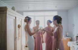 Die Braut und ihre Brautjungfern beim Anstoßen nach dem Getting Ready, fotografiert von Hochzeitsfotografin Conny Schöffmann Photography aus Würzburg