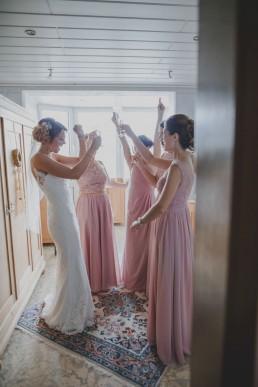 Die Braut feiert mit ihren Mädels beim Getting Ready in Würzburg fotografiert von Würzburger Hochzeitsfotografin Conny Schöffmann Photography