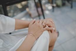 Verlobungsring der Braut an ihrem Hochzeitstag auf einem Weingut in Würzburg ,fotografiert von Conny Schöffmann Photography, der Hochzeitsfotografin aus Würzburg