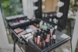 Make-up-Utensilien beim Getting Ready einer Weingut Hochzeit festgehalten von Hochzeitsfotografin Conny Schöffmann Photography aus Würzburg