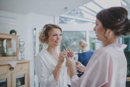 Braut mit ihrer Schwester beim Getting Ready vor ihrer Weingut-Hochzeit, fotografiert von Conny Schöffmann Photography, der Hochzeitsfotografin aus Würzburg