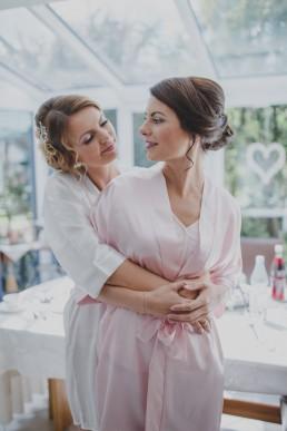 Die Braut mit ihrer Schwester vor ihrer Hochzeit auf dem Weingut in Würzburg, fotografiert von Conny Schöffmann Photography, der Hochzeitsfotografin aus Würzburg
