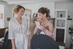 Die Braut beim Überreichen ihrer Geschenke an ihre Brautjungfern, fotografiert von Conny Schöffmann Photography, der Hochzeitsfotografin aus Würzburg