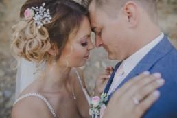 Authentische Hochzeitsfotografie von Conny Schöffmann Photography, Portrait von Kristina und Austin bei Weingut Hochzeit in Würzburg