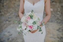 Brautstrauß mit Blumen und Eukalyptus für Weingut Hochzeit in Würzburg, Foto von Conny Schöffmann Photography, Hochzeitsfotograf Würzburg