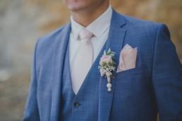 Ansteckblume Bräutigam bei der Weingut Hochzeit in Würzburg von Hochzeitsfotografin Conny Schöffmann Photography