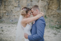 Emotionale Hochzeitsfotos im Steinbruch bei der Weingut Hochzeit Würzburg von Hochzeitsfotografin Conny Schöffmann Photography