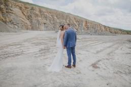 Brautpaar Kristina und Austin im Steinbruch beim Brautpaarshooting mit ihrer Hochzeitsfotografin Conny Schöffmann Photography