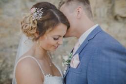 Portrait von der Braut mit Hochsteckfrisur und wunderschönem Hochzeitskleid, fotografiert von Conny Schöffmann Photography in Würzburg