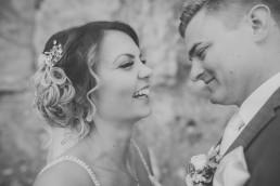 Entspannte, fröhliche Hochzeitsfotografie in Würzburg mit Conny Schöffmann Photography, Portrait vom Brautpaar in schwarz weiß