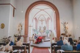 Pfarrer und Gäste bei der Kirchlichen Trauung in Würzburg, fotografiert von Conny Schöffmann Photography
