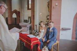 Trauung des Brautpaares in der Kirche, fotografiert von Conny Schöffmann Photography