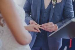 Detailfoto Ringtausch bei der Trauung, fotografiert von Conny Schöffmann Photography, Hochzeitsfotograf Würzburg
