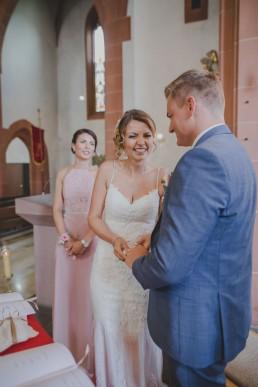 Braut und Bräutigam fröhlich beim Eheversprechen ihrer Trauung in Würzburg, Foto von Conny Schöffmann Photography