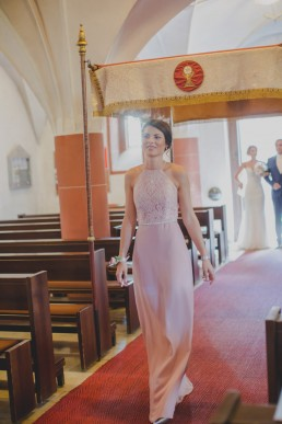 Einzug in die Kirche von Braut und Trauzeugin, festgehalten von Conny Schöffmann Photography Würzburg