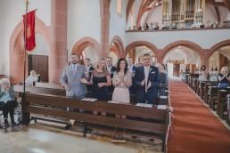 Applaus von Hochzeitsgästen nach der Trauung in Würzburg bei der Weingut Hochzeit von Conny Schöffmann Photography