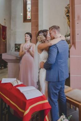 Hochzeitskuss in der Kirche bei der Weingut Hochzeit von Conny Schöffmann Photography, Hochzeitsfotograf Würzburg