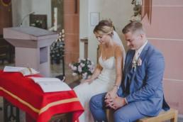 Brautpaar in der Kirche, fotografiert von Conny Schöffmann Photography, Hochzeitsfotograf Würzburg