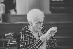 Oma mit Freudentränen in den Augen bei der Weingut Hochzeit in Würzburg von Conny Schöffmann Photography