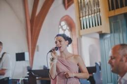 Musik bei Trauung in Würzburg, Portrait der Sängerin festgehalten von Hochzeitsfotografin Conny Schöffmann Photography, Würzburg