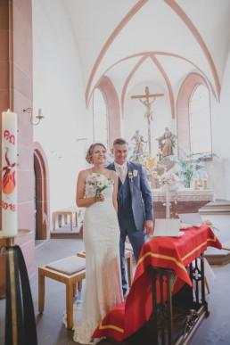 Brautpaar in der Kirche bei ihrer Hochzeit in Würzburg, Foto von Conny Schöffmann Photography