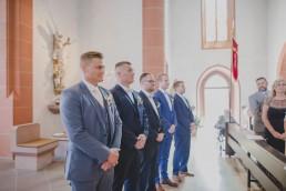 Bräutigam und Groomsmen warten auf die Braut, fotografiert von Hochzeitsfotografin Conny Schöffmann Photography