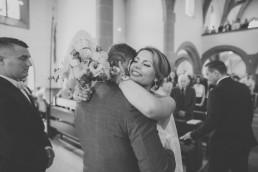 First Look in der Kirche bei der Hochzeit von Kristina & Austin, fotografiert von Hochzeitsfotografin Conny Schöffmann Photography