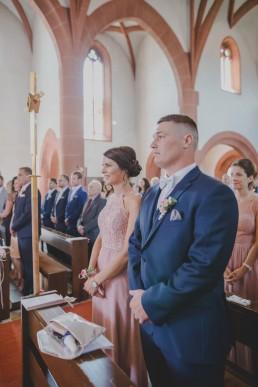 Gäste in der Kirche bei der Hochzeitsreportage in Würzburg von Conny Schöffmann Photography