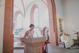 Kirchliche Trauung Würzburg Foto der Rede der Trauzeugin von Conny Schöffmann Photography