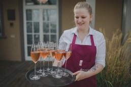 Sektempfang bei sommerlicher Weingut Hochzeit von Conny Schöffmann Photography, Hochzeitsfotografin Würzburg