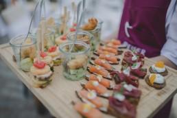 Flying Buffet bei der sommerlichen Weingut Hochzeit in Würzburg, Food Foto von Conny Schöffmann Photography