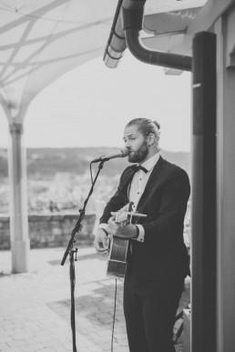 Hochzeitssänger Marius Macht Musik bei Weingut Hochzeit Würzburg, fotografiert von Conny Schöffmann Photography