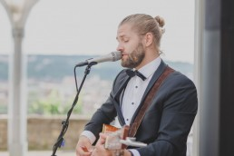 Hochzeit im Freien mit Musiker Marius Hochzeitsmusiker in Würzburg, fotografiert von Conny Schöffmann Photography, Hochzeitsfotograf Würzburg