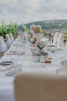 Tischdekoration bei der Weingut Hochzeit in Würzburg von Conny Schöffmann Photography mit Ausblick über ganz Würzburg