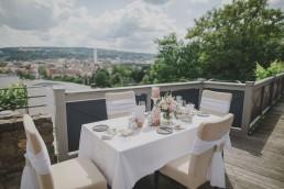 Weingut Hochzeit in Würzburg mit Aussicht über Würzburg, fotografiert von Conny Schöffmann Photography