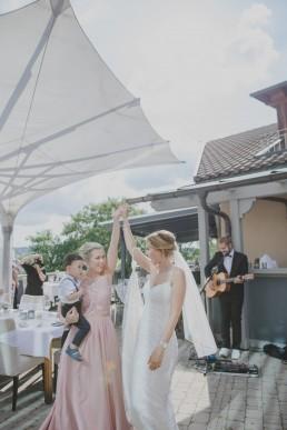 Braut und Freundin beim Tanzen bei ihrer Weingut Hochzeit in Würzburg, fotografiert von Conny Schöffmann Photography