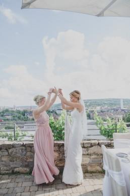 Braut mit Trauzeugin bei Weingut Hochzeit im Freien, fotografiert von Conny Schöffmann Photography, Hochzeitsfotograf Würzburg