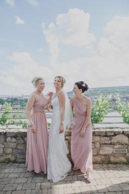 Braut mit Brautjungfern mit Aussicht über Würzburg, fotografiert von Conny Schöffmann Photography, Hochzeitsfotografin für Weingut Hochzeit in Würzburg