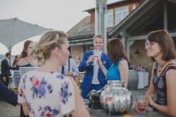 Gäste der Weingut Hochzeit in Würzburg fotografiert von Hochzeitsfotografin Conny Schöffmann Photography