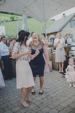 Hochzeitsreportage Stimmung und Gäste fotografiert von Gäste der Weingut Hochzeit in Würzburg fotografiert von Hochzeitsfotografin Conny Schöffmann Photography, Hochzeitsfotografin Würzburg für Weingut Hochzeit im Freien