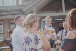 Hochzeitsfotografin Conny Schöffmann Photography fotografiert Gäste bei der Weingut Hochzeit im Freien in Würzburg