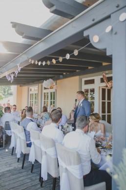 Foto der Ansprache des Bräutigams von Hochzeitsfotografin Conny Schöffmann Photography, Hochzeitsfotografin Würzburg für Weingut Hochzeit & Hochzeit im Freien