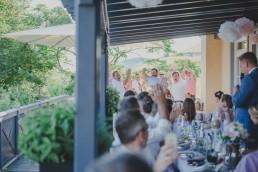 Gäste feiern Bräutigam bei Weingut Hochzeit in Würzburg von Hochzeitsfotografin Conny Schöffmann Photography
